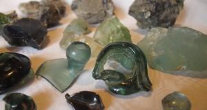 ostaci rude, stakla i staklenih predmeta iz staklane u Staroj Susici