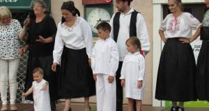 na reviji nnarodnih nošnji oduševila je peteroclana obitelj iz Semovaca